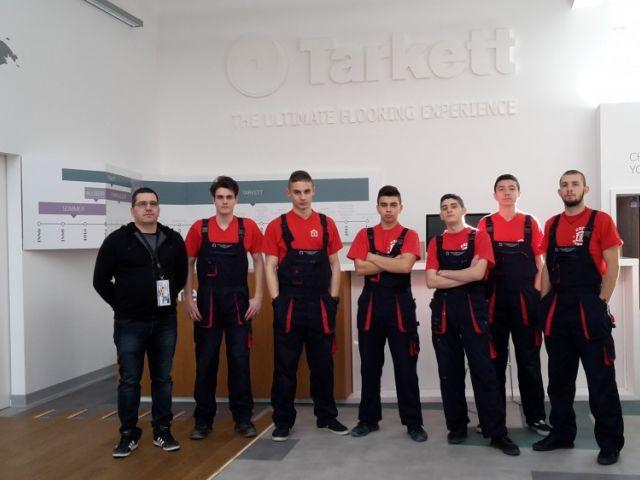 """Ученици от строителната гимназия със сертификати на """"Tarkett"""""""