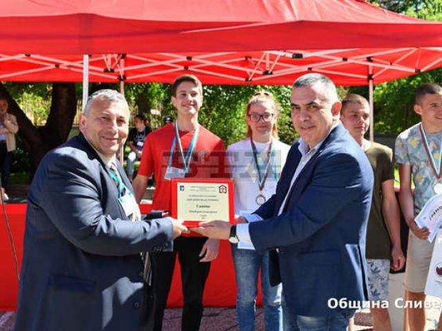 """Кметът на Сливен връчи награди на победителите в национално състезание """"Най-добър млад строител"""" [11.05.2021]"""